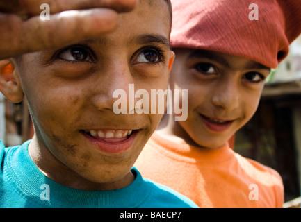 I giovani poveri ragazzi palestinesi giocando in Shatila rifugiato campin Beirut, Libano Foto Stock