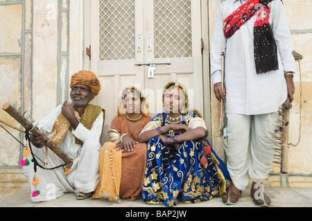 Ballerini Folk seduto davanti a un edificio, Jaisalmer, Rajasthan, India Foto Stock