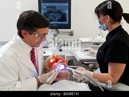 Dentista e assistente di lavoro su un paziente Foto Stock