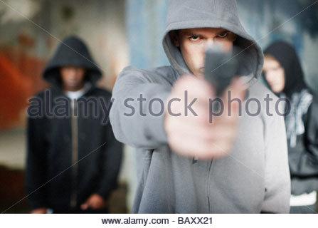 L uomo con la pistola puntata all viewer Foto Stock