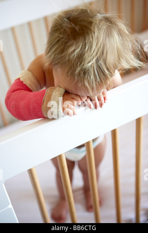 Il pianto dei bimbi con il braccio in Cast Foto Stock