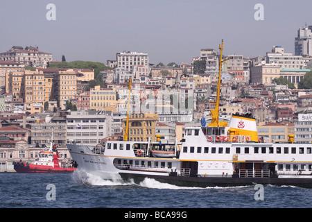 Istanbul Turchia per i passeggeri dei traghetti nel porto di barca a vela attraverso il Bosforo con il Beyoglu distretto Foto Stock