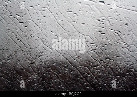 La pioggia su una finestra Foto Stock