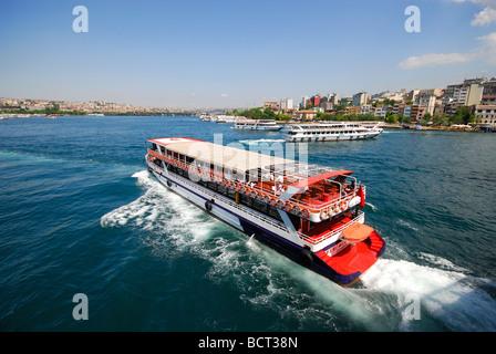 ISTANBUL, Turchia. Un traghetto sul Bosforo sul Golden Horn. 2009. Foto Stock