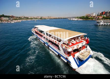 ISTANBUL. Un traghetto sul Bosforo sul Golden Horn. 2009. Foto Stock
