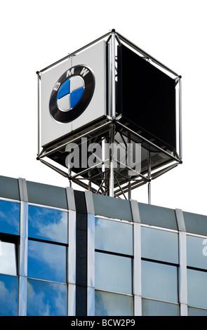 Ruotare il marchio BMW segno sul tetto dell'edificio per uffici Foto Stock