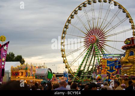 Dusseldorf Rheinkirmes 2009 con ruota panoramica Ferris in background Foto Stock