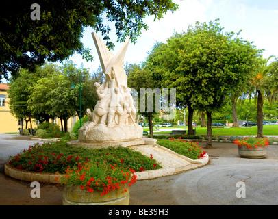 Un memoriale di guerra di una scultura in un parco nella città di Forte dei Marmi, Toscana, Italia Foto Stock