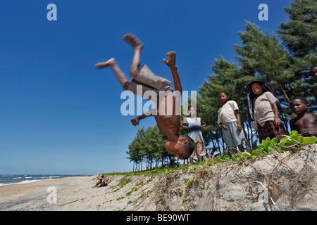 Ragazzo facendo un salto, manakara, east coast, Madagascar, Africa Foto Stock