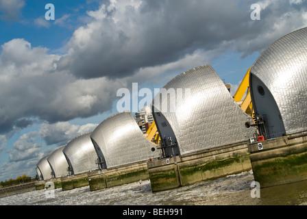 In orizzontale ampia angolazione da monte del Thames Flood Barrier chiusa per lavori di manutenzione a Londra in Foto Stock