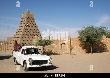 Camioncino davanti alla Moschea di Sankore / Sankoré Madrasah / Sankore Masjid in Timbuktu, Mali, Africa occidentale Foto Stock