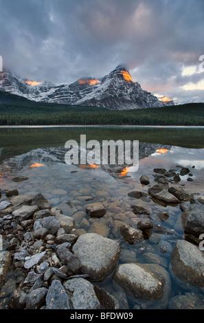Montare Chephren riflessa nella parte superiore Waterfowl Lake, il Parco Nazionale di Banff, Alberta, Canada Foto Stock
