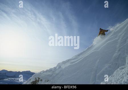 Uno sciatore fare alcuni giri in polvere al Sunshine Village, il Parco Nazionale di Banff, Alberta, Canada Foto Stock