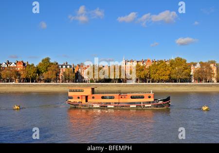Casa galleggiante, il fiume Tamigi e il Chelsea Embankment, London SW3, Regno Unito Foto Stock