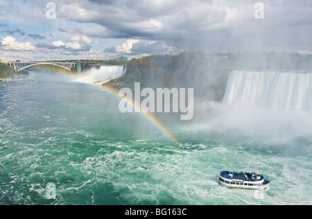 La Domestica della Foschia escursione barca sotto le cascate Horseshoe cascata di arcobaleno a Niagara Falls, Ontario, Foto Stock