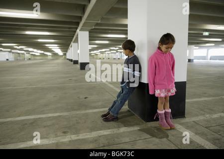 I bambini nel parco auto Foto Stock