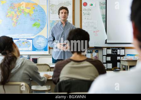 Indirizzamento di insegnante di scuola di alta classe Foto Stock
