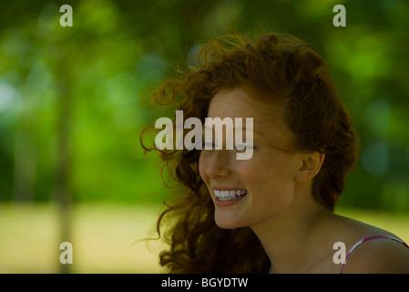 Giovane donna sorridente, ritratto Foto Stock