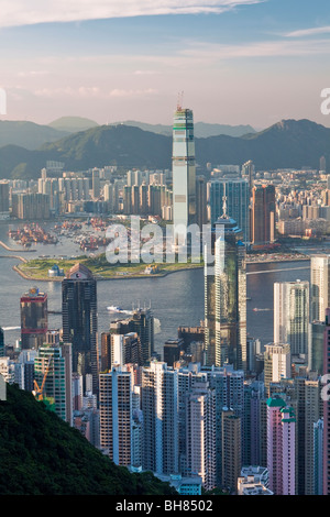 Cina, Hong Kong, il Victoria Peak. Vista su Hong Kong dal Victoria Peak. Lo skyline del centro si trova al di sotto Foto Stock