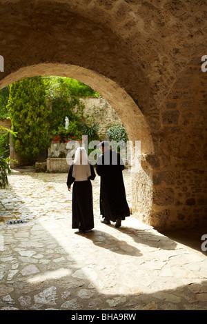 Il padre e una suora nel cortile a Sant'Eutizio Abbey, nr Preci, Umbria, Italia Foto Stock