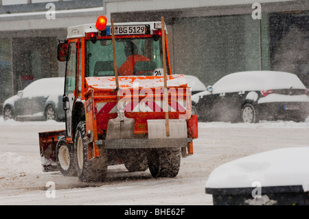 Snow Plough occupato in una tempesta di neve a Monaco di Baviera, Germania. Foto Stock
