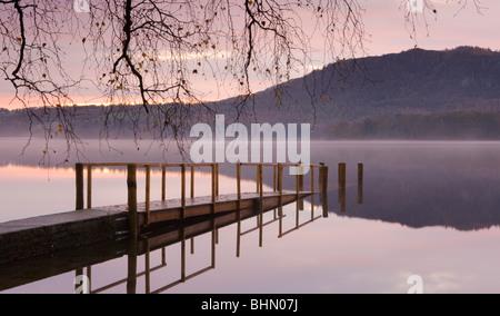 Alba sul Derwent Water da Hawes fine jetty, Parco Nazionale del Distretto dei Laghi, Cumbria, Inghilterra, Regno Foto Stock