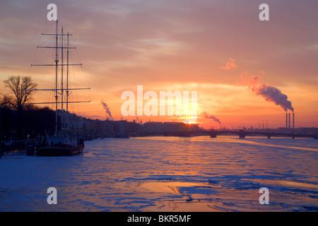 Russia, San Pietroburgo; una spettacolare vista sul fiume Neva in inverno al tramonto Foto Stock
