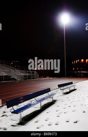 High school football Stadium di notte coperto in una luce di neve con faretti Foto Stock