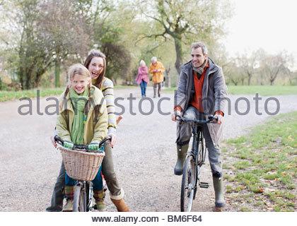 Famiglia di andare in bicicletta nel parco Foto Stock