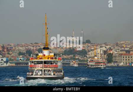 ISTANBUL, Turchia. Bosphorus ferries immettendo il Golden Horn sul loro modo di terminali del traghetto a Eminonu Foto Stock