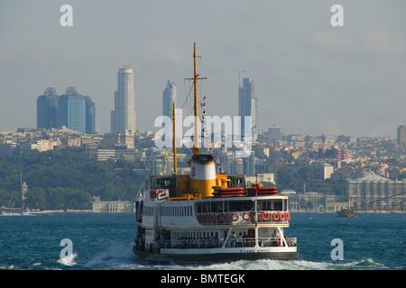 ISTANBUL, Turchia. Un passeggero con una traversata in traghetto sul Bosforo, con la città moderna dietro. 2009. Foto Stock