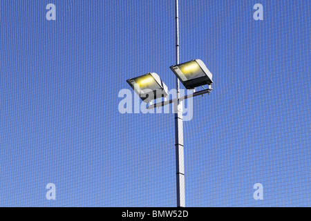 Campo sportivo di apparecchiature di illuminazione spot light blue sky Foto Stock