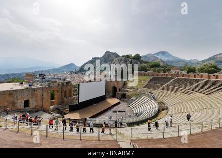 Il Teatro Greco (Teatro Greco) impostato per il FilmFest film festival nel mese di giugno 2010, Taormina, Sicilia, Foto Stock