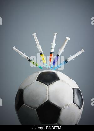 Cinque siringhe filettate in pallone da calcio. Spazio di copia Foto Stock