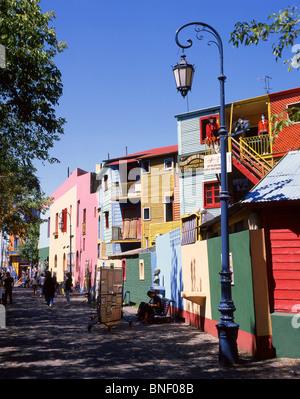 A tinte pastello di edifici colorati, Caminito Street, La Boca, Buenos Aires, Argentina Foto Stock