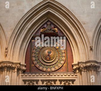 Dettagli di un vecchio orologio sulla parete della cattedrale, Cattedrale di Wells, pozzi, Somerset, Inghilterra Foto Stock
