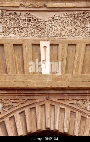 Dettaglio dell'arco sopra la Puerta del vino presso il palazzo di Alhambra di Granada Andalusia Spagna Europa Foto Stock