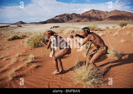 Bushman/San persone. San maschio cacciatori armati di arco tradizionale e la freccia Foto Stock