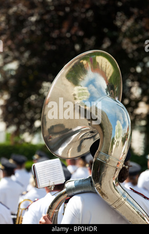 Ottone tuba all'aperto in un giorno nuvoloso Foto Stock