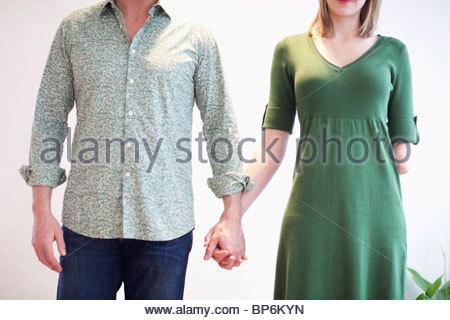 Vista ritagliata della giovane Holding Hands, donna con braccio amputato Foto Stock