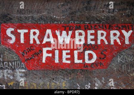 In prossimità di uno dei cancelli presso il leggendario Strawberry Fields di Liverpool, in Inghilterra, reso famoso Foto Stock
