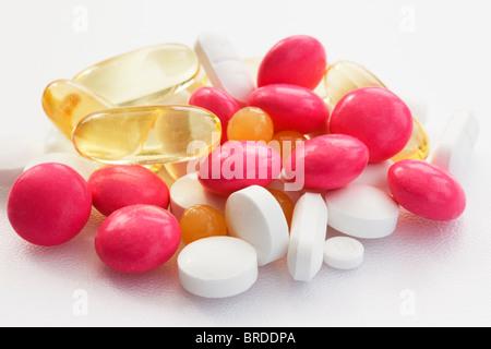Close-up di un assortimento di pillole su sfondo bianco Foto Stock