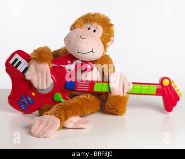 Toy monkey suonando la chitarra, close-up Foto Stock