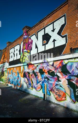 Graffiti della parola BRONX e due pezzi su un marrone un muro di mattoni a Monaco di Baviera, Germania Foto Stock