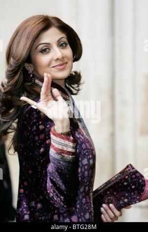 Shilpa Shetty Indian film attrice star di film di Bollywood indossa sherwani in velluto per il Commonwealth servizio Foto Stock