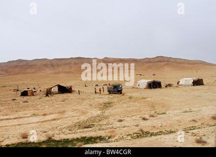 Insediamento beduino nel deserto siriano. Foto Stock