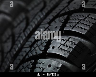 Primo piano di una vettura invernale del battistrada dei pneumatici Foto Stock