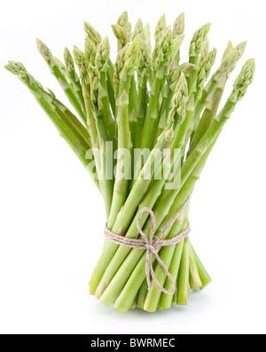 Un covone di asparagi su uno sfondo bianco. Foto Stock