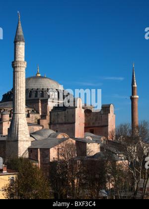 Vista in elevazione di Aya Sofia (Hagia Sophia) Sito Patrimonio Mondiale dell'UNESCO, in Sultanahmet, Istanbul, Foto Stock