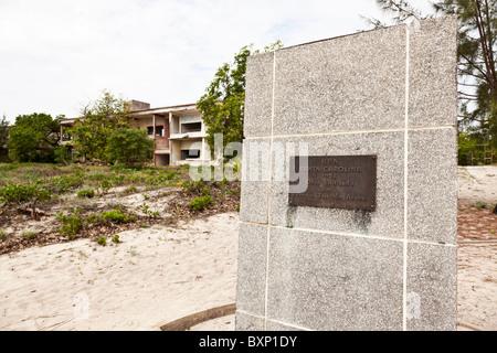 Una lapide che ricorda la costituzione dell'hotel Santa Carolina Island in Mozambico ora abbandonato dopo la guerra Foto Stock